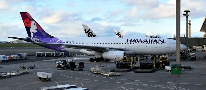 Picture of Hawaiian Airlines airplane at the Honolulu International airport